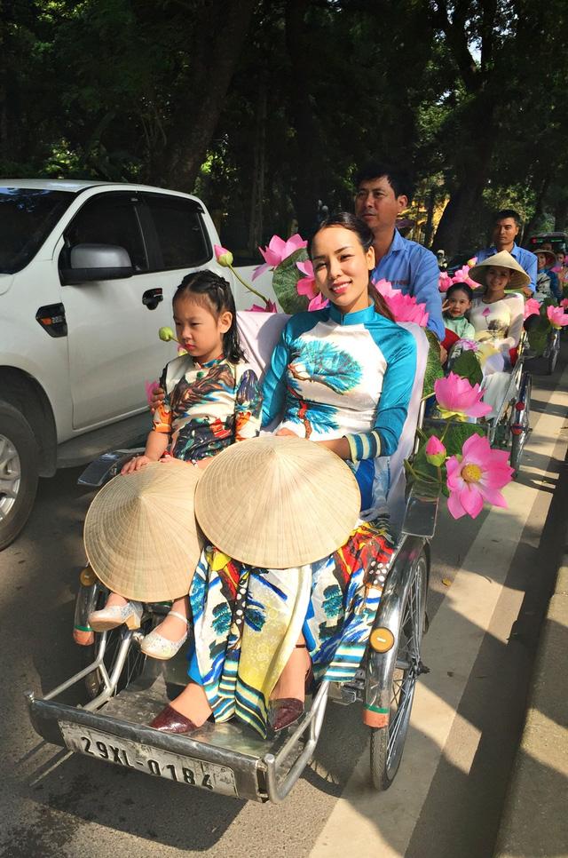 Dàn nghệ sĩ gạo cội diễu hành áo dài trên các tuyến phố Hà Nội - Ảnh 14.