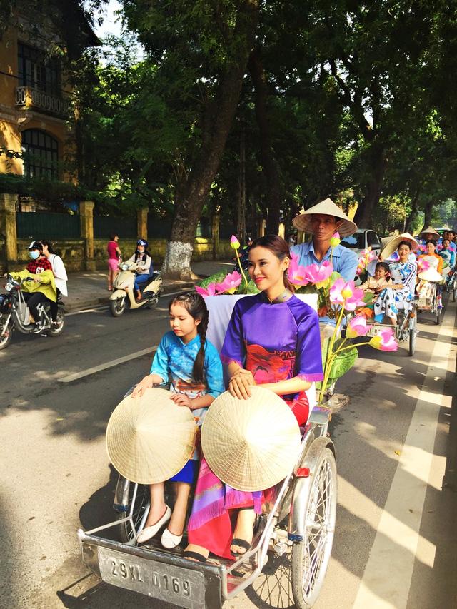 Dàn nghệ sĩ gạo cội diễu hành áo dài trên các tuyến phố Hà Nội - Ảnh 15.