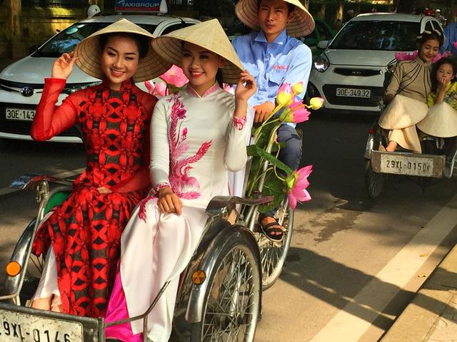 Dàn nghệ sĩ gạo cội diễu hành áo dài trên các tuyến phố Hà Nội - Ảnh 16.