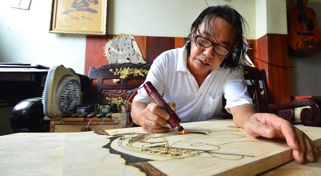 Gặp người vẽ chân dung Bác Hồ bằng bút lửa nhiều nhất - Ảnh 2.