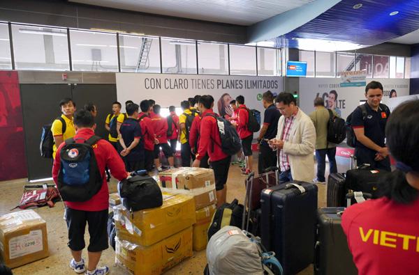 Tuyển Futsal Việt Nam đã có mặt tại Medellin sau hơn nửa ngày di chuyển - Ảnh 2.