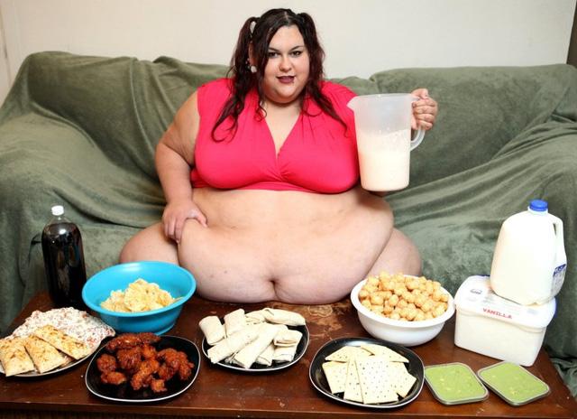 Người phụ nữ muốn mình béo đến nỗi không thể đi lại được - Ảnh 2.