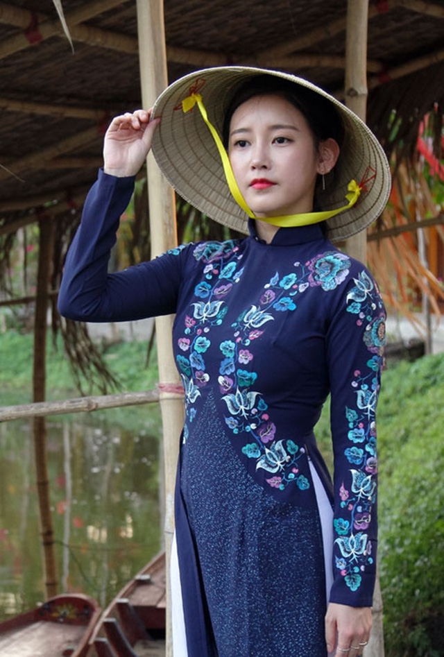 Khi sao quốc tế thể hiện tình yêu với tà áo dài Việt - Ảnh 2.