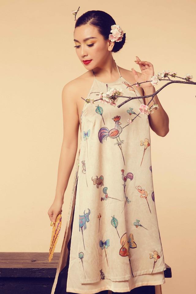 Nữ hoàng ảnh lịch Y Phụng đài các với váy yếm cách điệu - Ảnh 2.