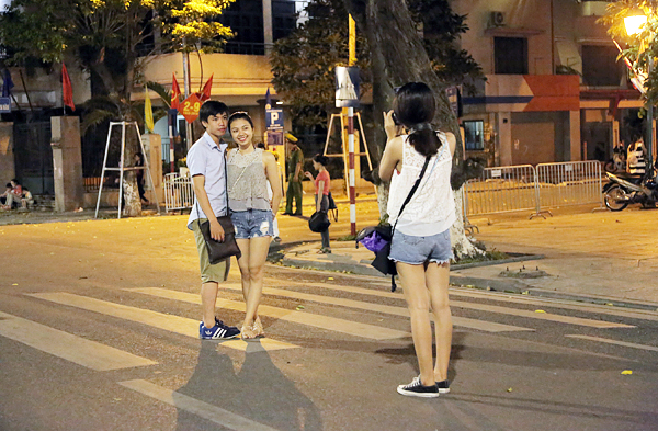 Các cặp đôi trẻ tình tứ xuống phố đi bộ đêm khai trương - Ảnh 2.
