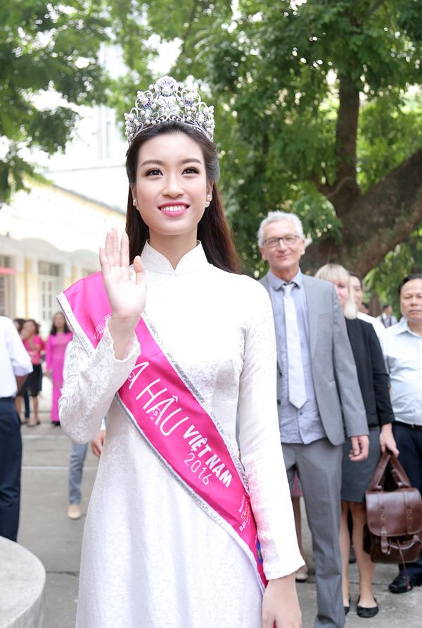 Tân Hoa hậu Mỹ Linh tươi tắn dự lễ khai giảng trường cũ - Ảnh 2.