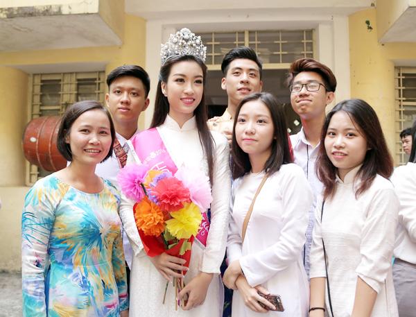 Tân Hoa hậu Mỹ Linh tươi tắn dự lễ khai giảng trường cũ - Ảnh 7.