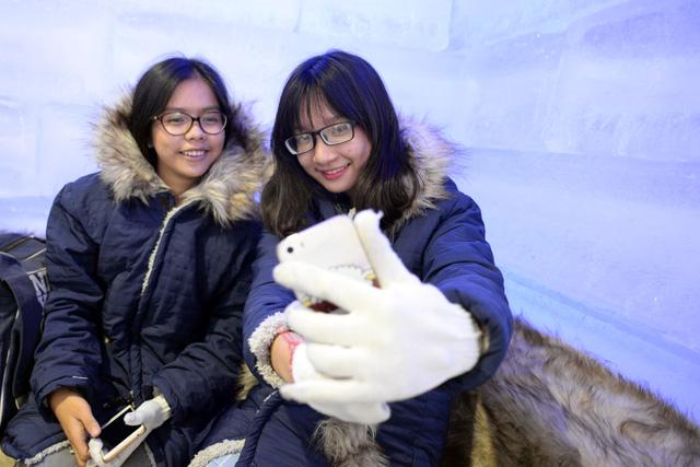 Giới trẻ Sài Gòn thích thú với quán cà phê lạnh -10 độ C - Ảnh 2.