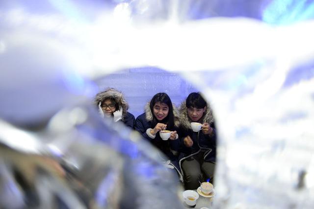 Giới trẻ Sài Gòn thích thú với quán cà phê lạnh -10 độ C - Ảnh 7.