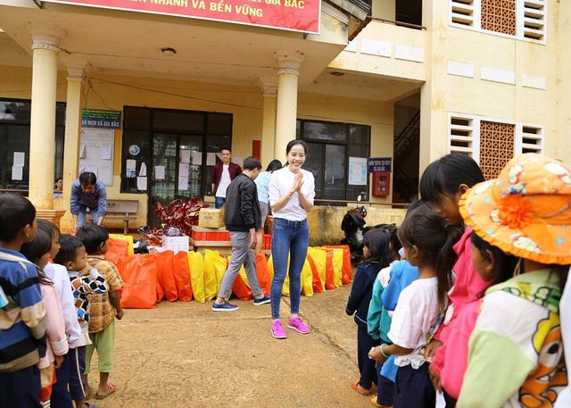 Hoa khôi Nam Em vượt 300km mang trung thu đến với trẻ em KHo - Ảnh 2.