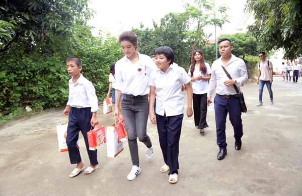 Á hậu Huyền My cùng các nghệ sĩ tặng quà trung thu cho em nhỏ - Ảnh 2.