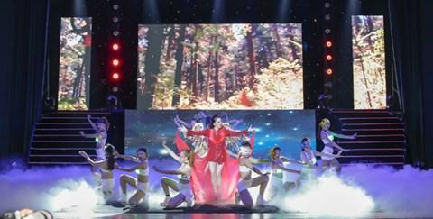 Minh Trang Ly Ly khóc trong liveshow khi hát ca khúc về cha - Ảnh 2.