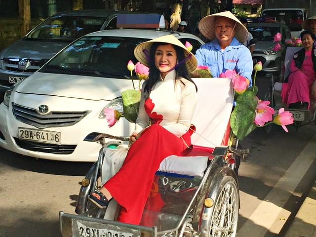 Dàn nghệ sĩ gạo cội diễu hành áo dài trên các tuyến phố Hà Nội - Ảnh 3.