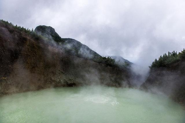 Hồ nước sôi sùng sục quanh năm: Nguy hiểm nhưng vẫn hút khách - Ảnh 3.