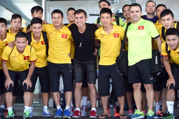ĐT Futsal Việt Nam rạng rỡ đi shopping sau khi vượt qua vòng bảng World Cup - Ảnh 2.