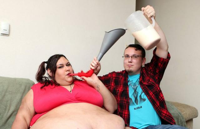 Người phụ nữ muốn mình béo đến nỗi không thể đi lại được - Ảnh 3.