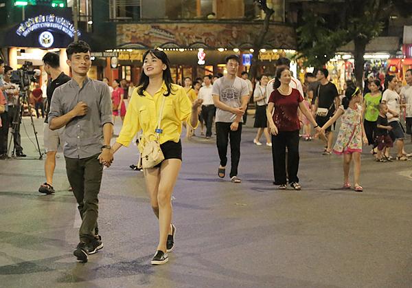 Các cặp đôi trẻ tình tứ xuống phố đi bộ đêm khai trương - Ảnh 3.