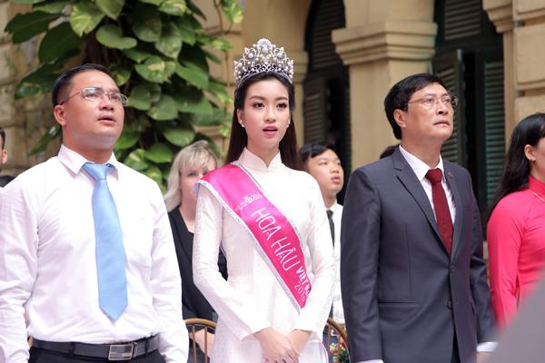 Tân Hoa hậu Mỹ Linh tươi tắn dự lễ khai giảng trường cũ - Ảnh 3.