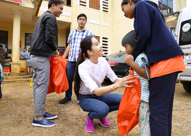 Hoa khôi Nam Em vượt 300km mang trung thu đến với trẻ em KHo - Ảnh 3.