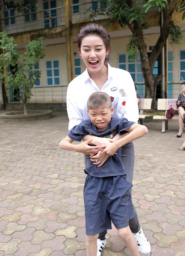 Á hậu Huyền My cùng các nghệ sĩ tặng quà trung thu cho em nhỏ - Ảnh 3.