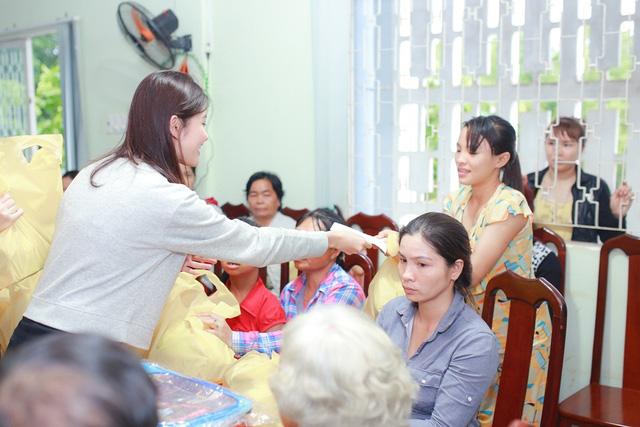 Á hậu Hoàng Oanh, Thuỳ Dung mang trung thu về với trẻ khuyết tật Tây Ninh - Ảnh 3.