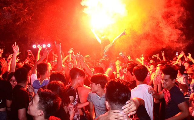 Đêm rock máu lửa của Ngũ Cung và sinh viên Hà Nội - Ảnh 3.