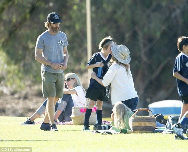 Hình ảnh hiếm hoi của người đàn bà đẹp bên các con - Ảnh 3.