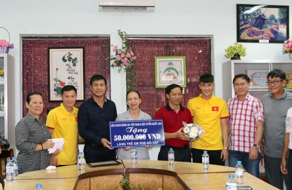 ĐTQG Việt Nam thăm làng trẻ SOS: Tiếp thêm động lực từ những vòng tay yêu thương - Ảnh 3.