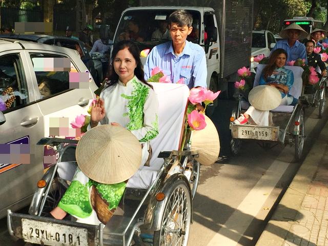 Dàn nghệ sĩ gạo cội diễu hành áo dài trên các tuyến phố Hà Nội - Ảnh 4.