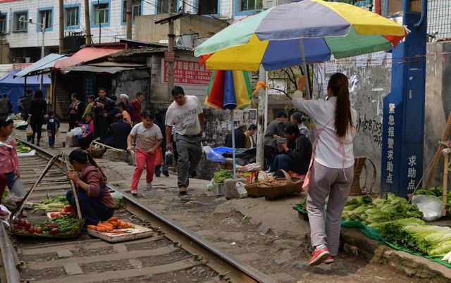 Cận cảnh khu chợ nguy hiểm nhất thế giới - Ảnh 4.