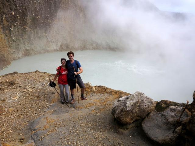 Hồ nước sôi sùng sục quanh năm: Nguy hiểm nhưng vẫn hút khách - Ảnh 4.
