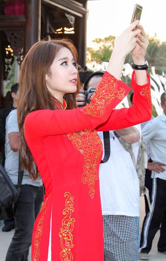 Khi sao quốc tế thể hiện tình yêu với tà áo dài Việt - Ảnh 4.