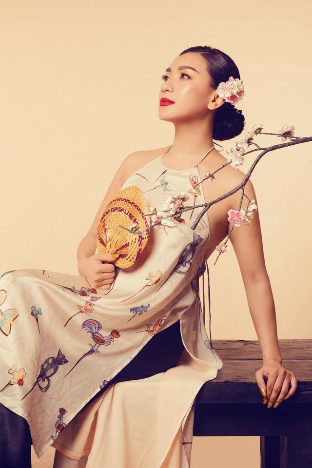 Nữ hoàng ảnh lịch Y Phụng đài các với váy yếm cách điệu - Ảnh 4.