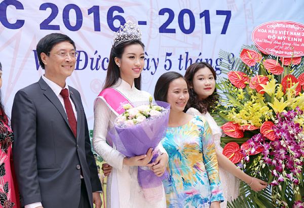 Tân Hoa hậu Mỹ Linh tươi tắn dự lễ khai giảng trường cũ - Ảnh 4.