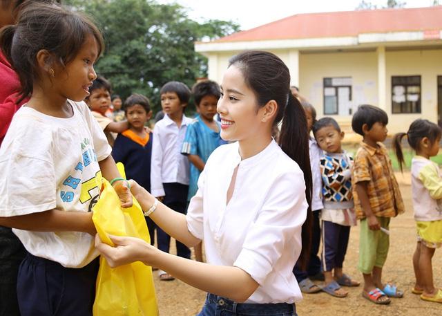 Hoa khôi Nam Em vượt 300km mang trung thu đến với trẻ em KHo - Ảnh 4.