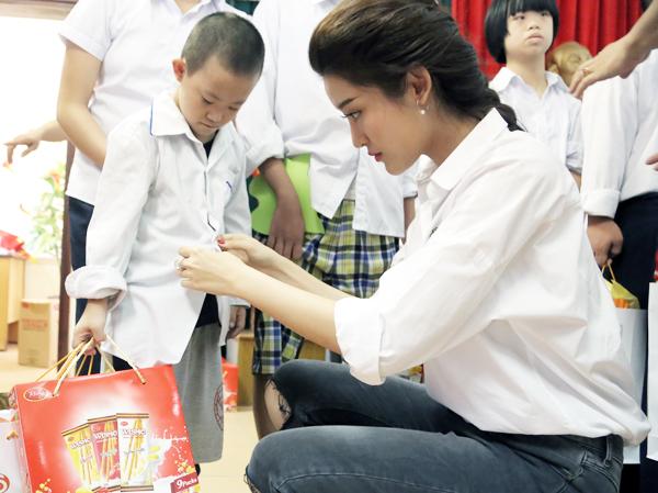 Á hậu Huyền My cùng các nghệ sĩ tặng quà trung thu cho em nhỏ - Ảnh 4.