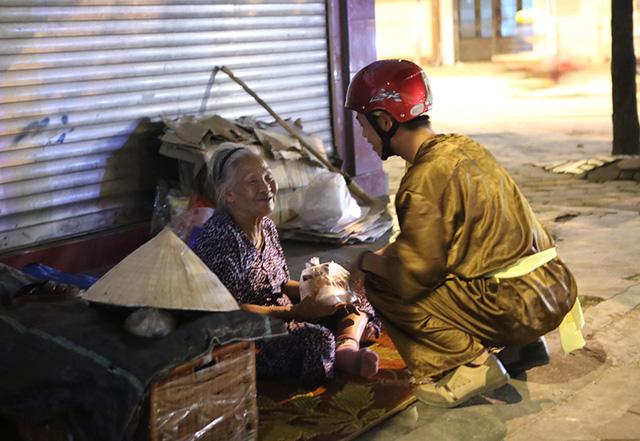 Chị Hằng, Chú Cuội mang bánh trung thu tặng người vô gia cư - Ảnh 4.