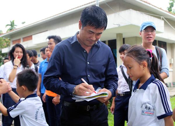 ĐTQG Việt Nam thăm làng trẻ SOS: Tiếp thêm động lực từ những vòng tay yêu thương - Ảnh 4.