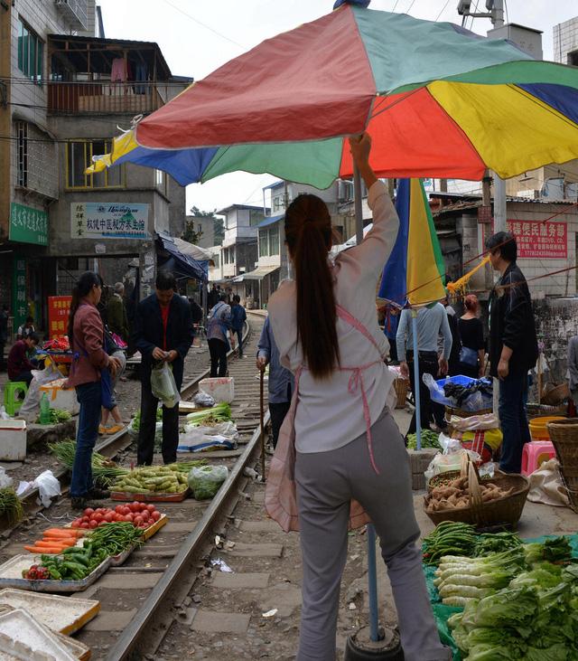 Cận cảnh khu chợ nguy hiểm nhất thế giới - Ảnh 5.