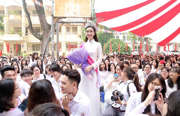 Tân Hoa hậu Mỹ Linh tươi tắn dự lễ khai giảng trường cũ - Ảnh 5.