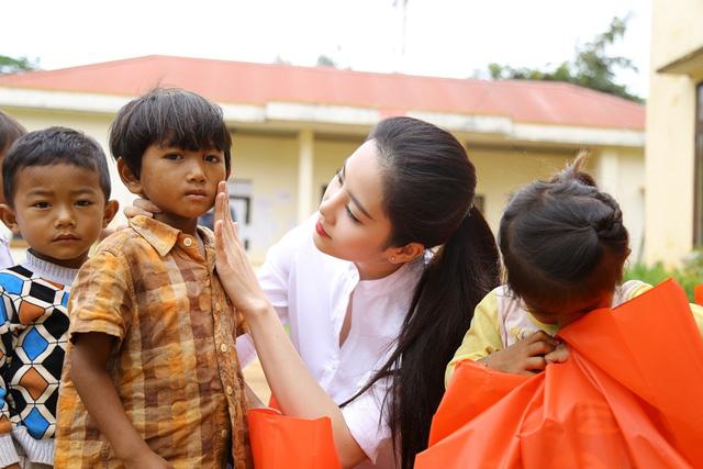Hoa khôi Nam Em vượt 300km mang trung thu đến với trẻ em KHo - Ảnh 5.