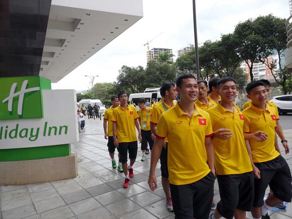 ĐT Futsal Việt Nam rạng rỡ đi shopping sau khi vượt qua vòng bảng World Cup - Ảnh 5.