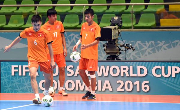 Tuyển Futsal Việt Nam đã có mặt tại Medellin sau hơn nửa ngày di chuyển - Ảnh 6.