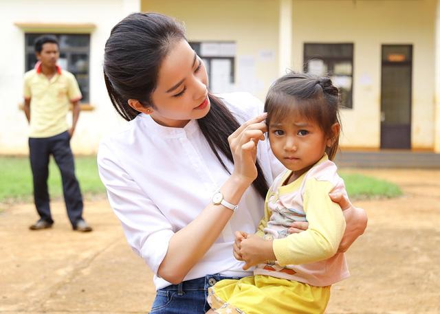 Hoa khôi Nam Em vượt 300km mang trung thu đến với trẻ em KHo - Ảnh 6.