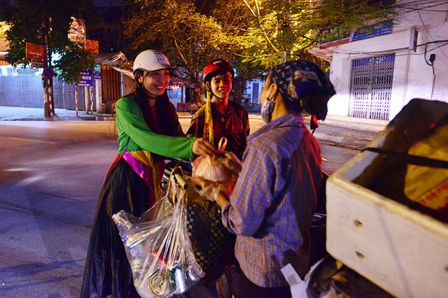 Chị Hằng, Chú Cuội mang bánh trung thu tặng người vô gia cư - Ảnh 6.