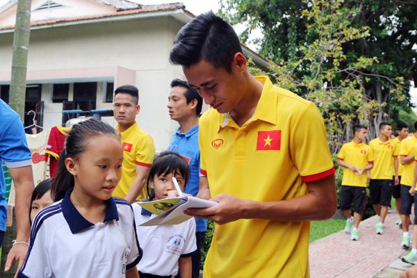 ĐTQG Việt Nam thăm làng trẻ SOS: Tiếp thêm động lực từ những vòng tay yêu thương - Ảnh 6.