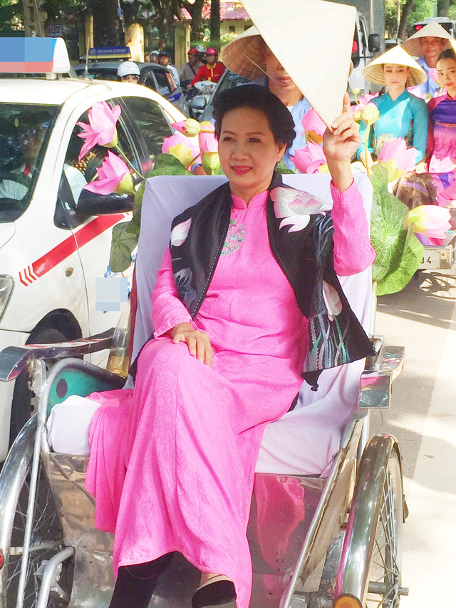 Dàn nghệ sĩ gạo cội diễu hành áo dài trên các tuyến phố Hà Nội - Ảnh 7.