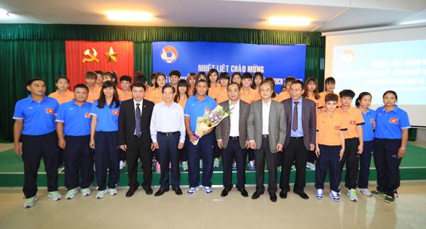 Nguyên Chủ tịch nước Nguyễn Minh Triết thăm và động viên các ĐT Việt Nam - Ảnh 6.