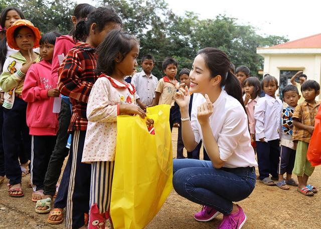 Hoa khôi Nam Em vượt 300km mang trung thu đến với trẻ em KHo - Ảnh 7.