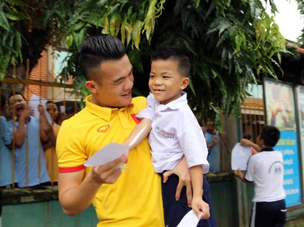 ĐTQG Việt Nam thăm làng trẻ SOS: Tiếp thêm động lực từ những vòng tay yêu thương - Ảnh 7.